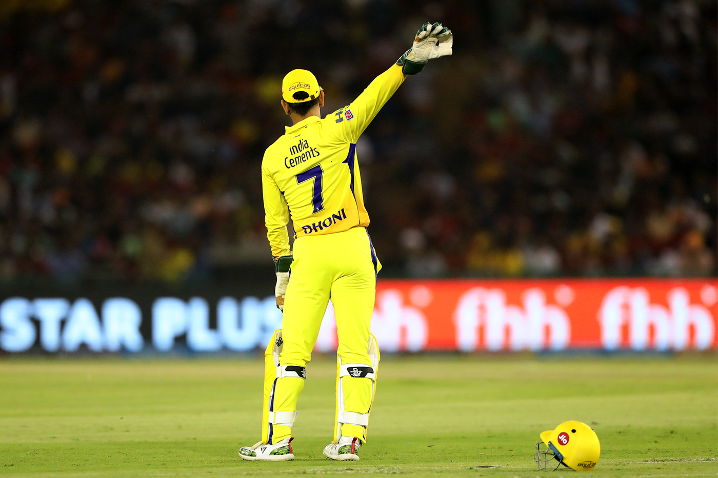 MS Dhoni instructs his players in IPL 2018. (Image: CricketAddictor.com)